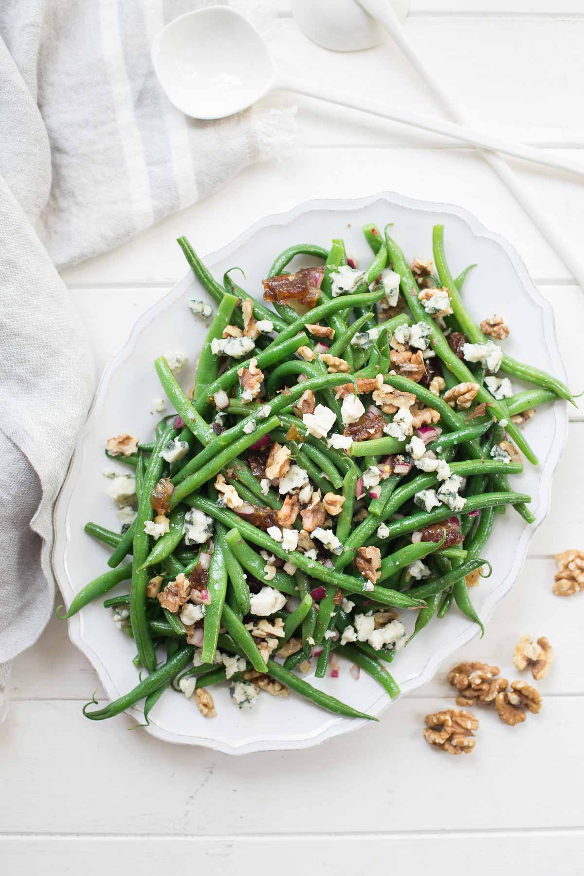 Grüne Bohnen-Salat mit Walnüssen, Datteln und Roquefort