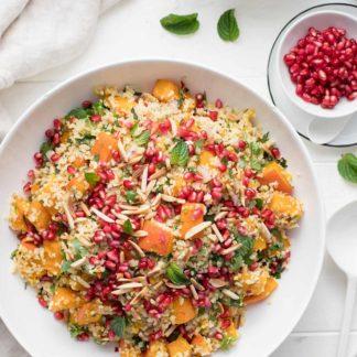 Kürbis im Ofen geröstet mit Bulgur, frischen Kräutern, Mandeln, Granatapfelkernen und Feta-Käse Rezept