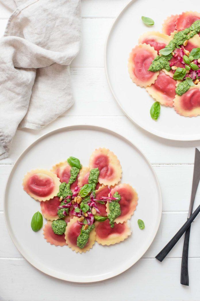 Rote‐Bete‐Raviolo mit Spinat-Pesto