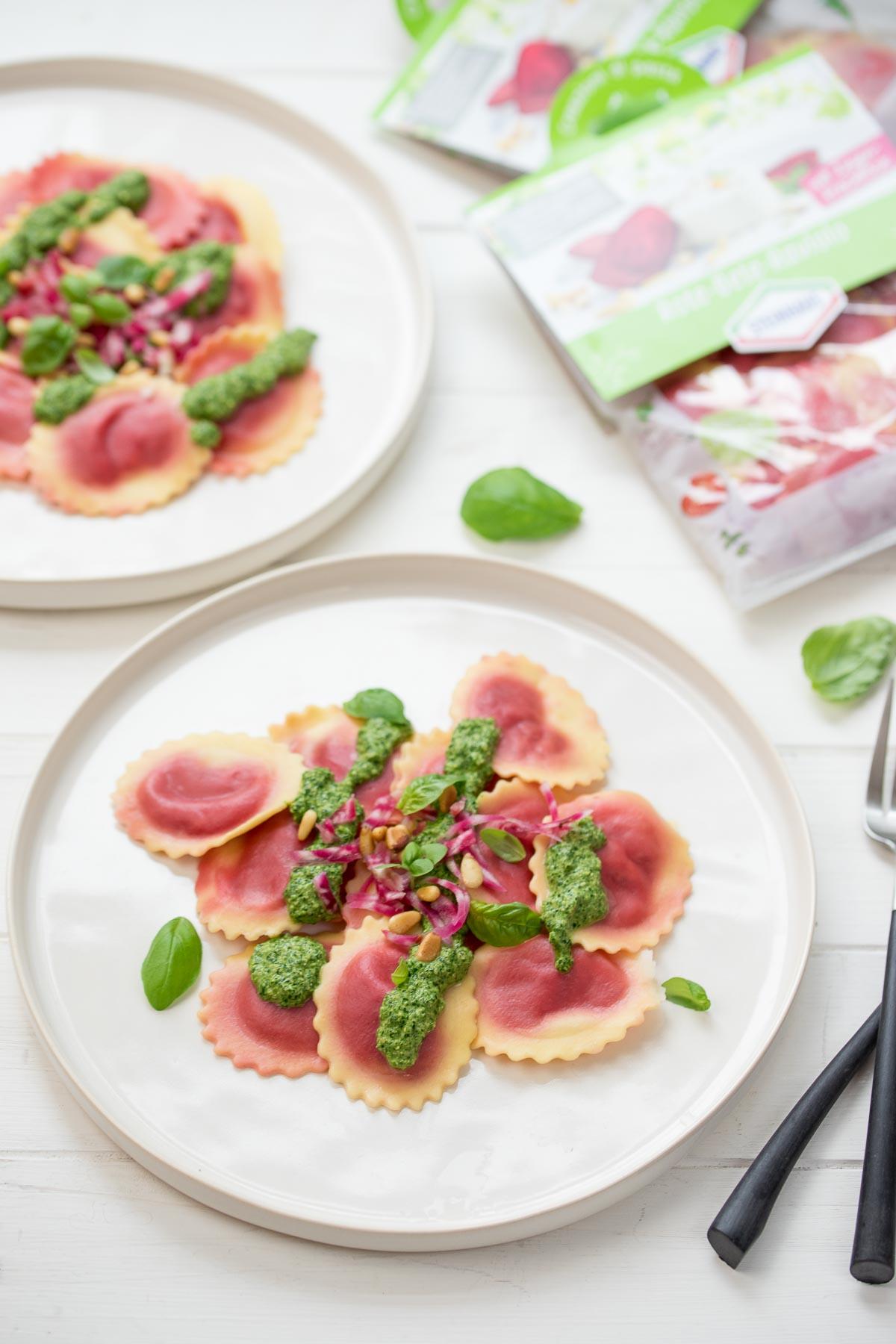 Rote‐Bete‐Raviolo mit Spinat-Pesto, Ravioli Pasta von Steinhaus Werbung