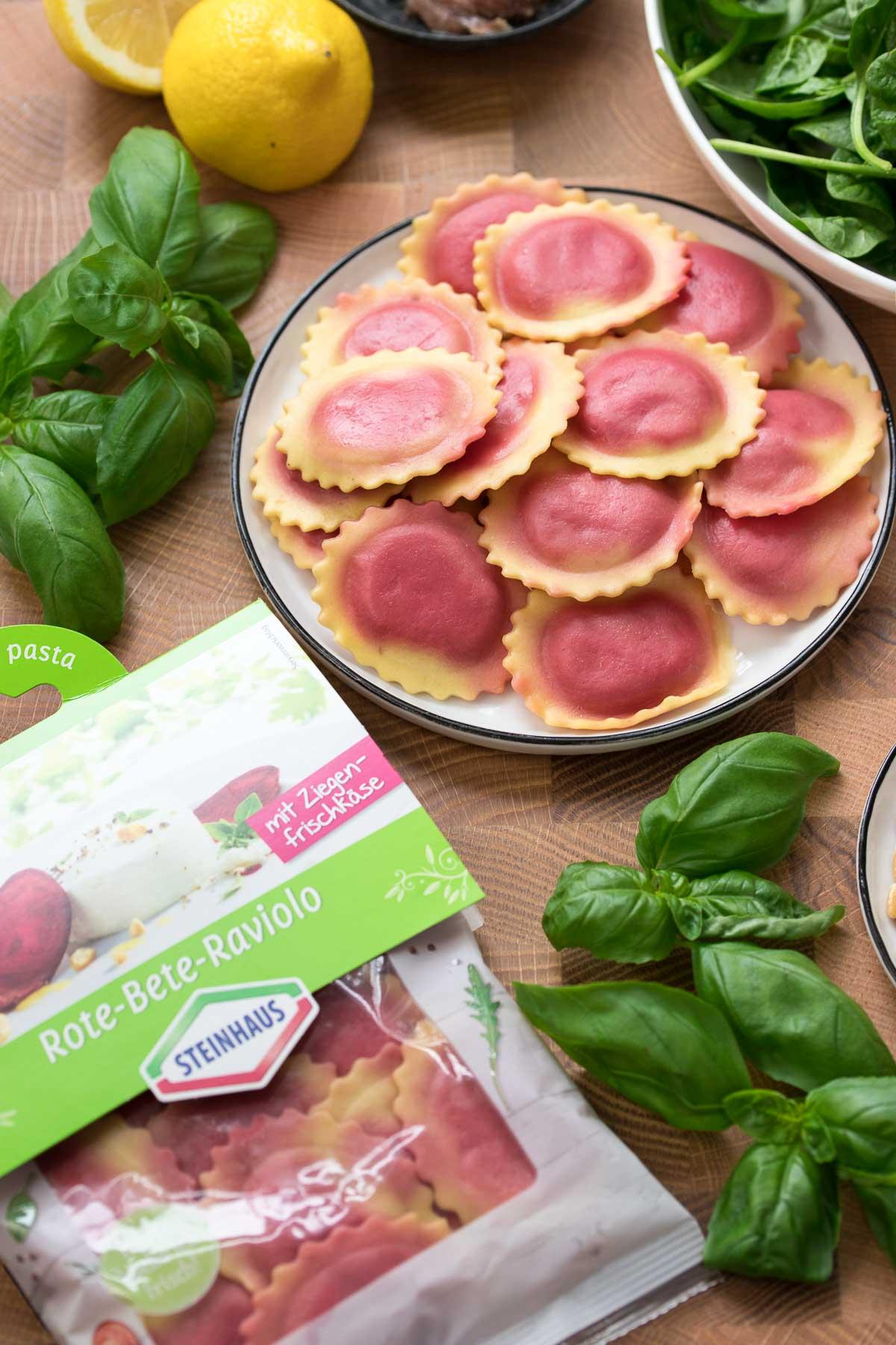 Rote‐Bete‐Raviolo von Steinhaus mit Spinat-Pesto Zutaten, Werbung