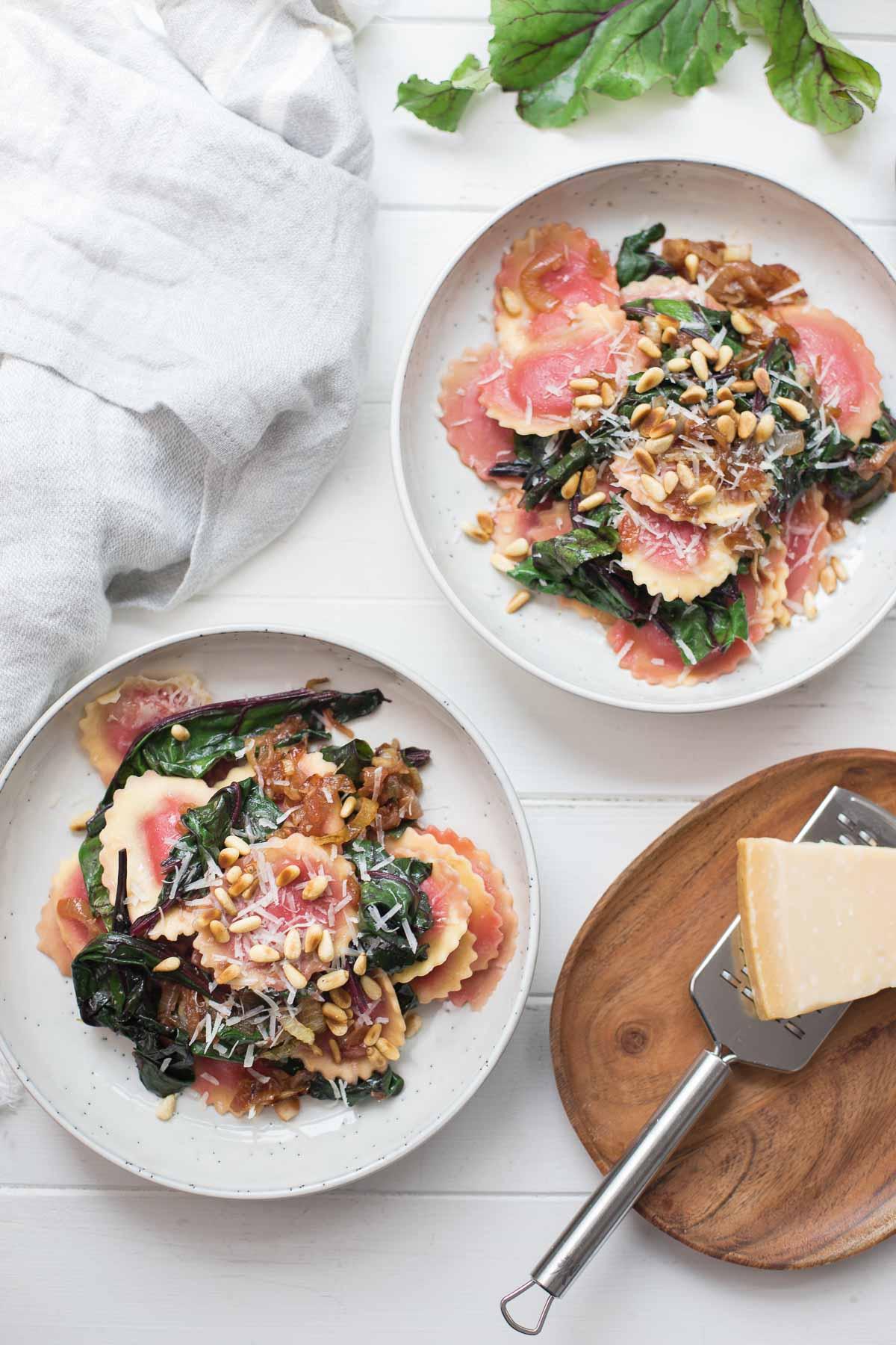 Pasta Ravioli mit Rote-Bete-Blättern, Zwieblen, Pinienkerne, Parmesan Rezept