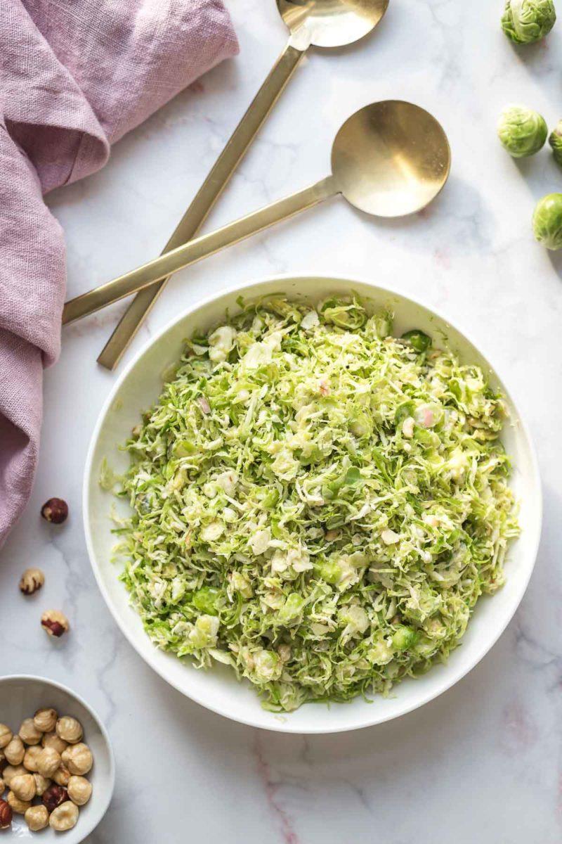 Rosenkohl-Salat mit Blauschimmelkäse und Haselnüssen Rezept