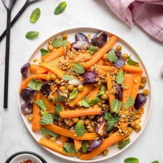 Karotten im Ofen mit Kichererbsen, Rote Zwiebeln & Minze