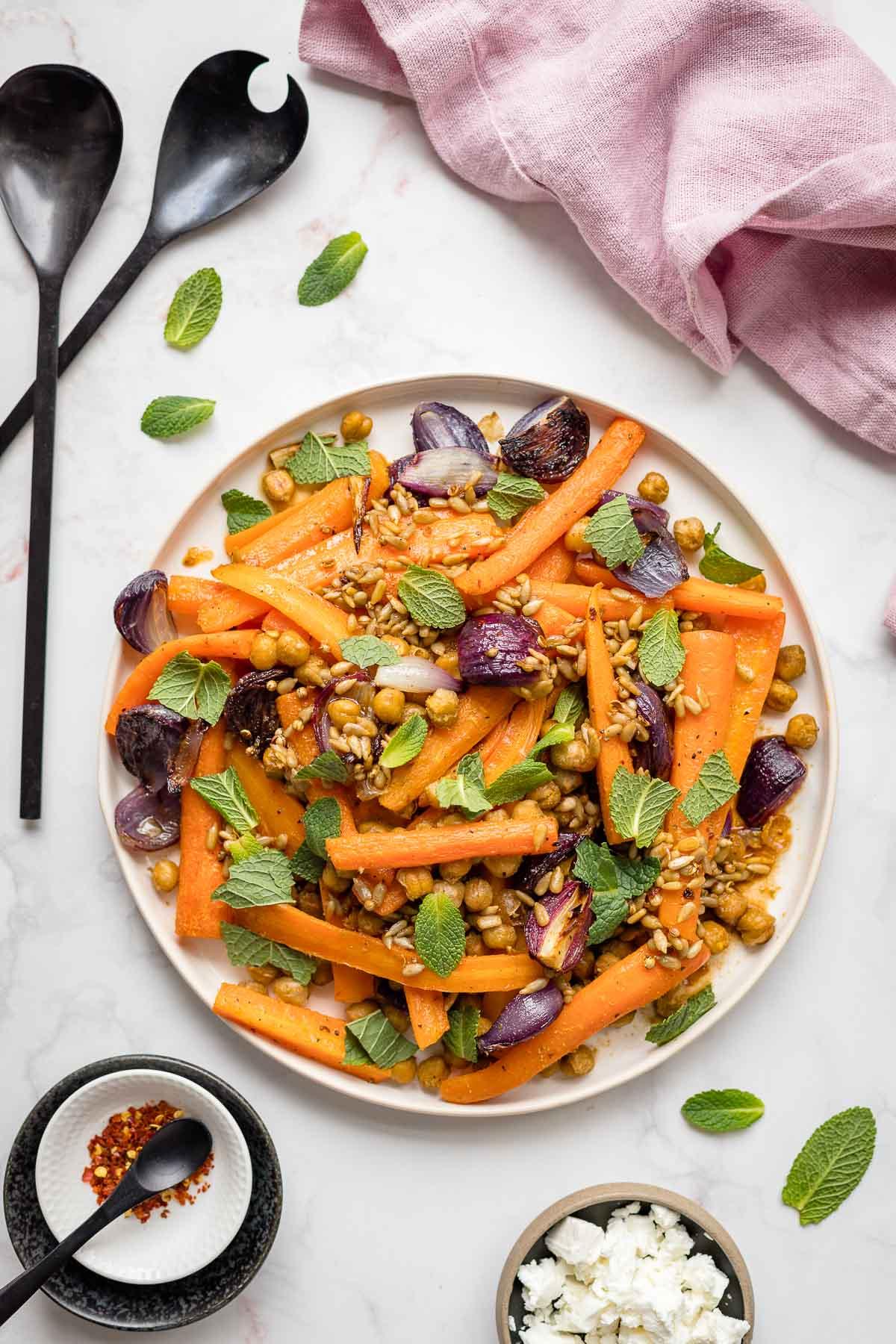 Karotten im Ofen mit Kichererbsen, Roten Zwiebeln & Minze | Rezept