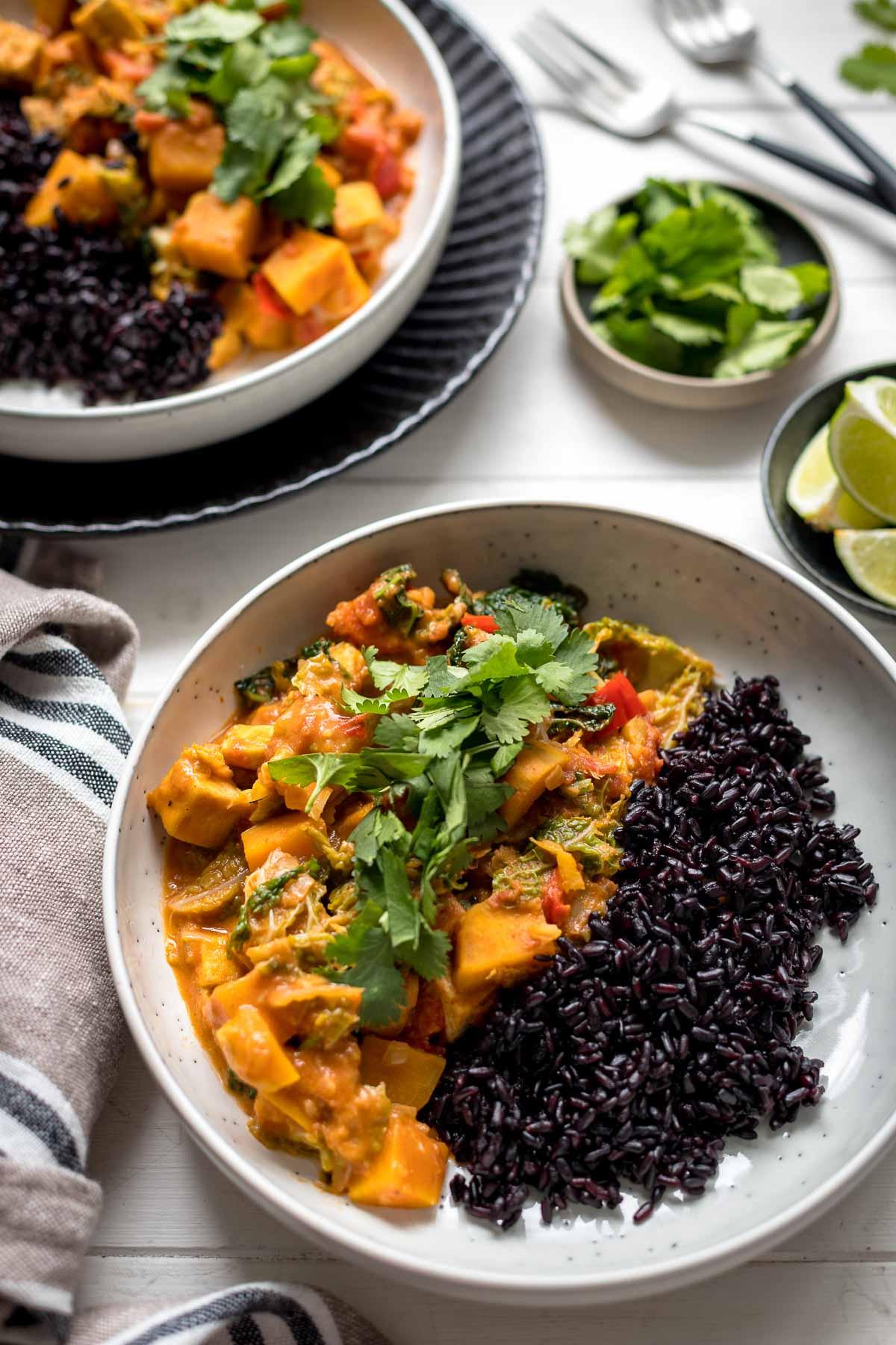 Veganer Süßkartoffel-Eintopf mit Erdnuss, Kokos, Tofu, Wirsing & schwarzer Vollkornreis