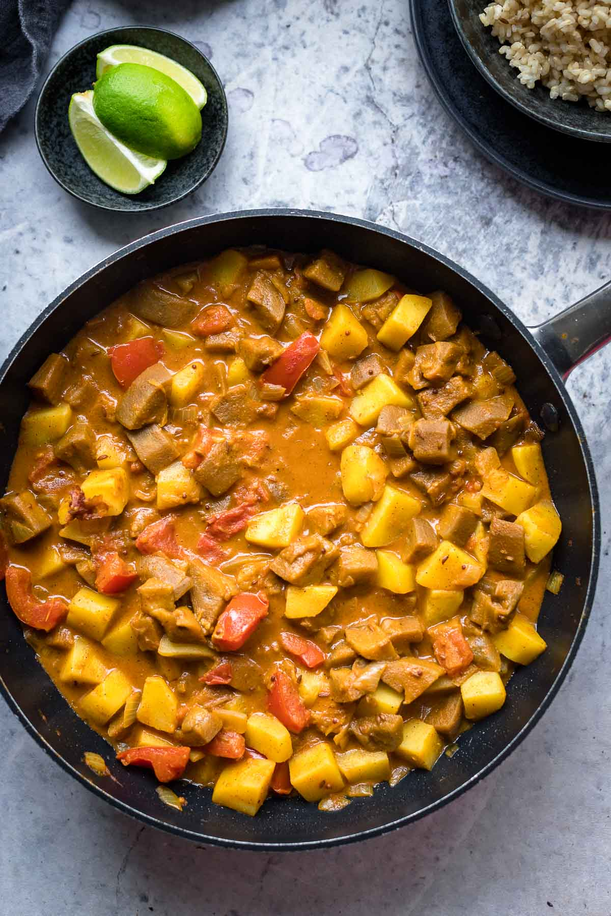 Wokpfanne mit Auberginen Kartoffel Curry