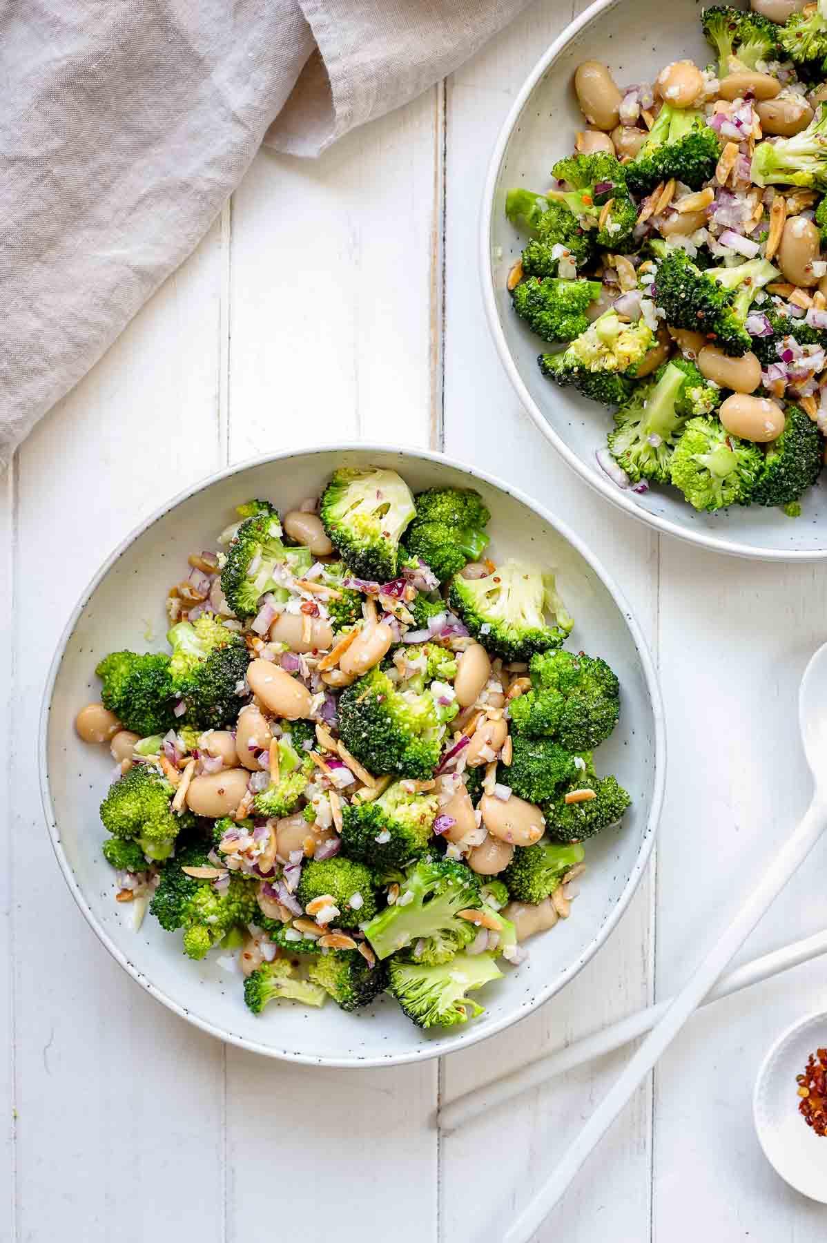 Super einfacher Brokkoli Salat Rezept mit Parmesan, Mandeln und Butterbohnen
