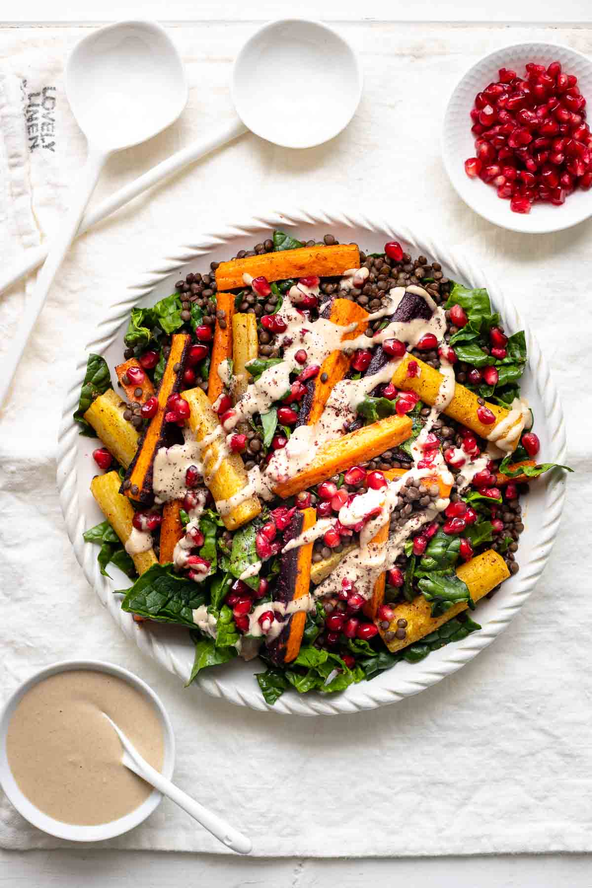 Linsensalat mit Karotten und Tahini-Dressing, garniert mit Granatapfelkernen