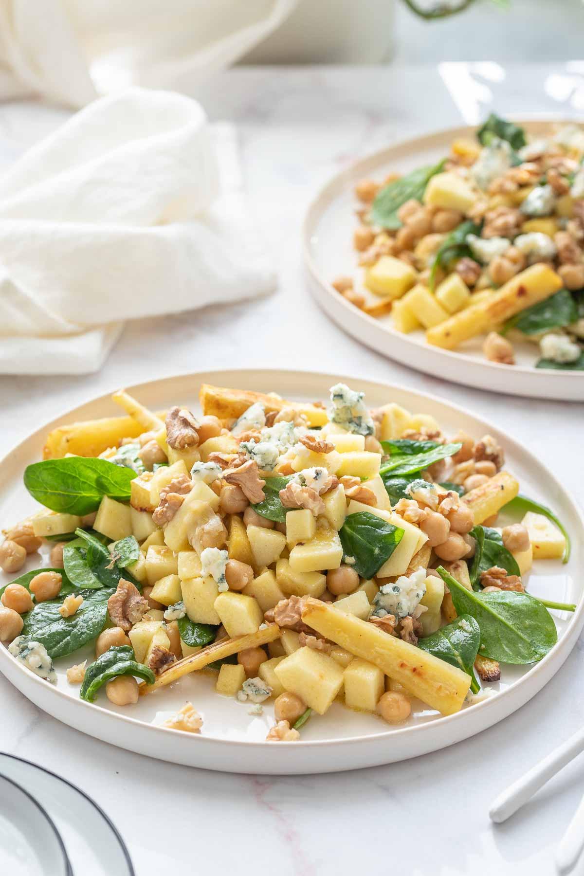 Pastinaken Salat mit Kichererbsen, Apfel, Walnüssen und Roquefort