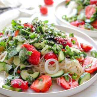 Glasnudelsalat mit Erdbeeren