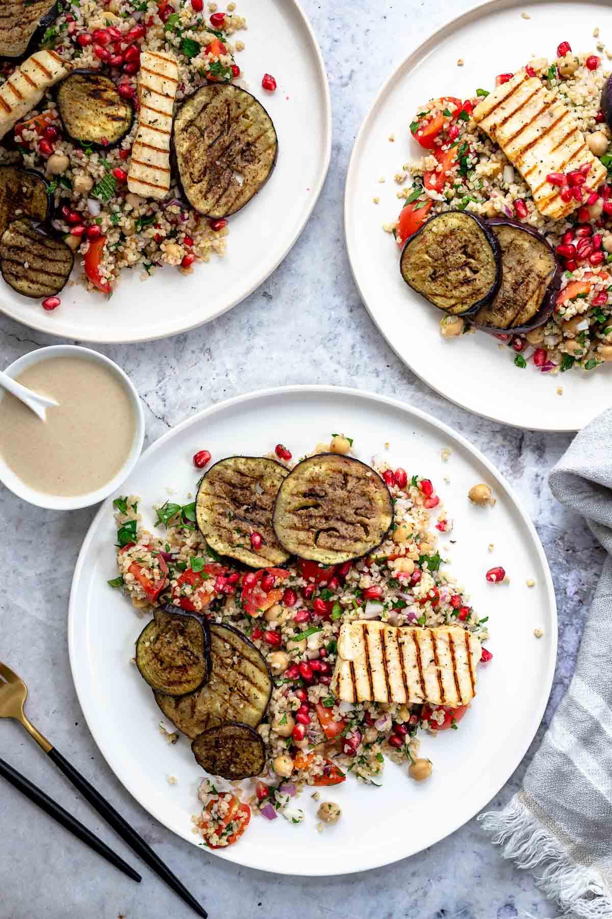 Bulgur-Kichererbsen-Salat mit gegrilltem Halloumi und Aubergine | Rezept