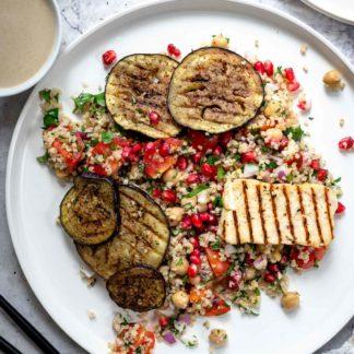 Bulgur-Kichererbsen-Salat mit gegrilltem Halloumi und Aubergine