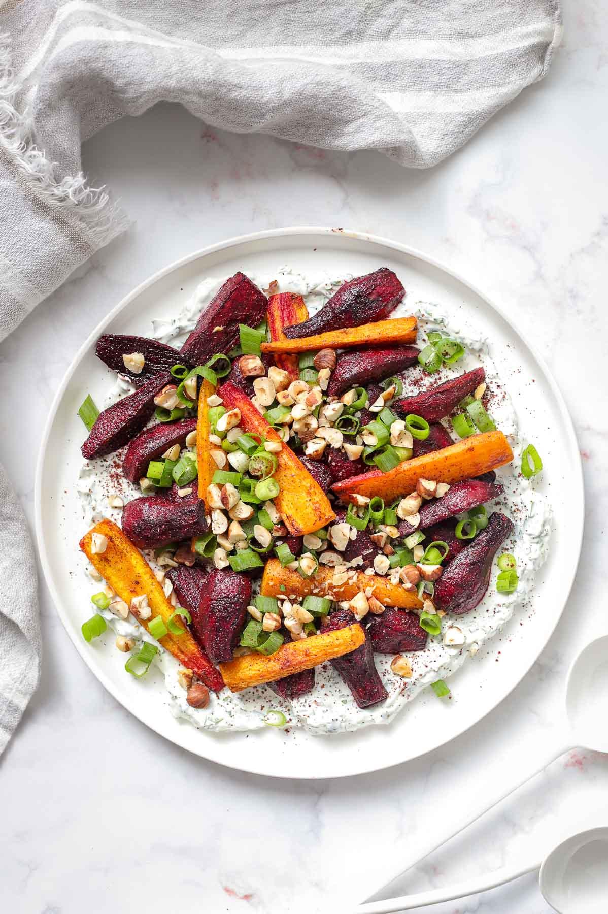 Ofen geröstete Rote Bete und Karotten mit Kräuter-Joghurt | Elle Republic