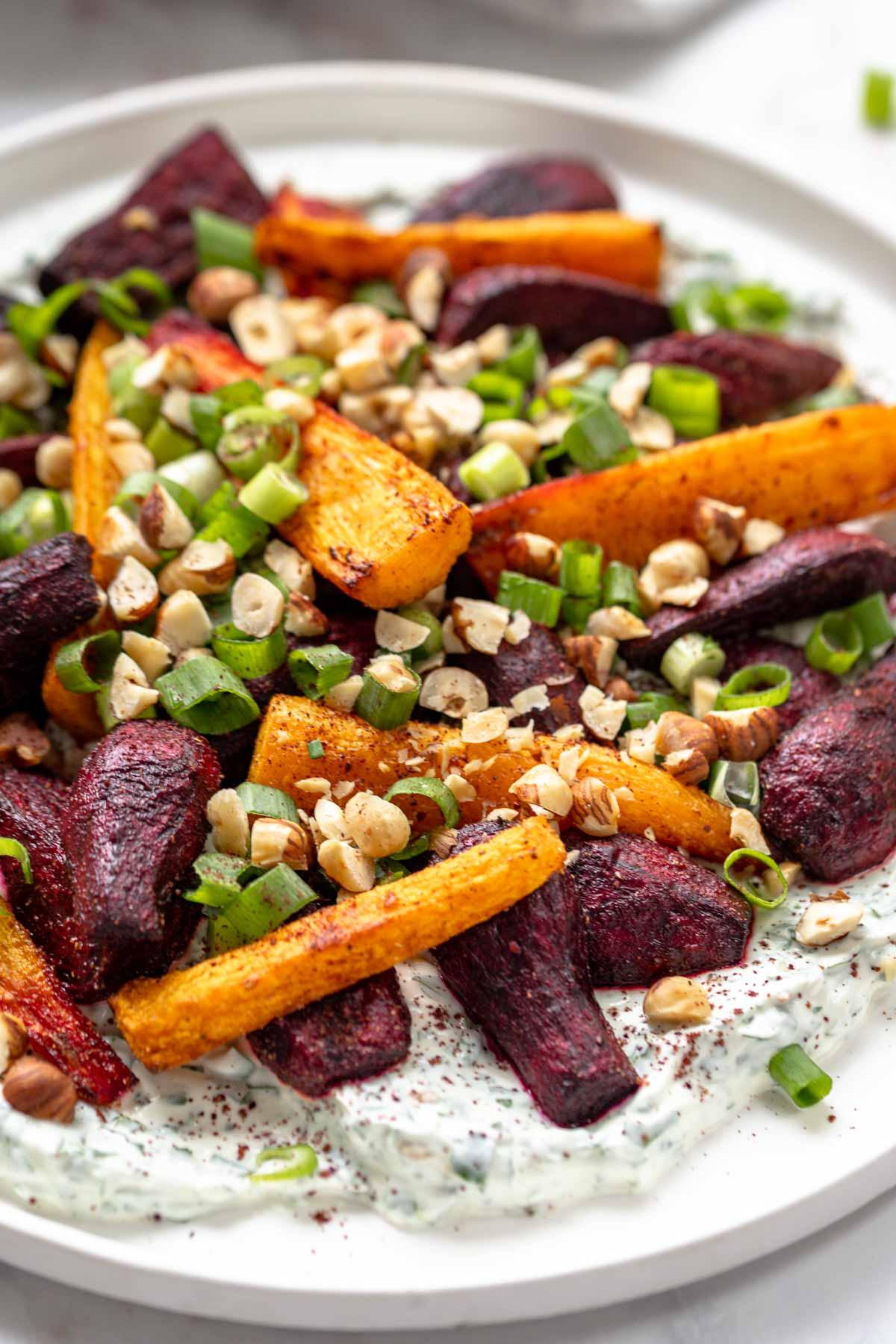 Im Ofen geröstete Rote Bete und Karotten mit Kräuter-Joghurt