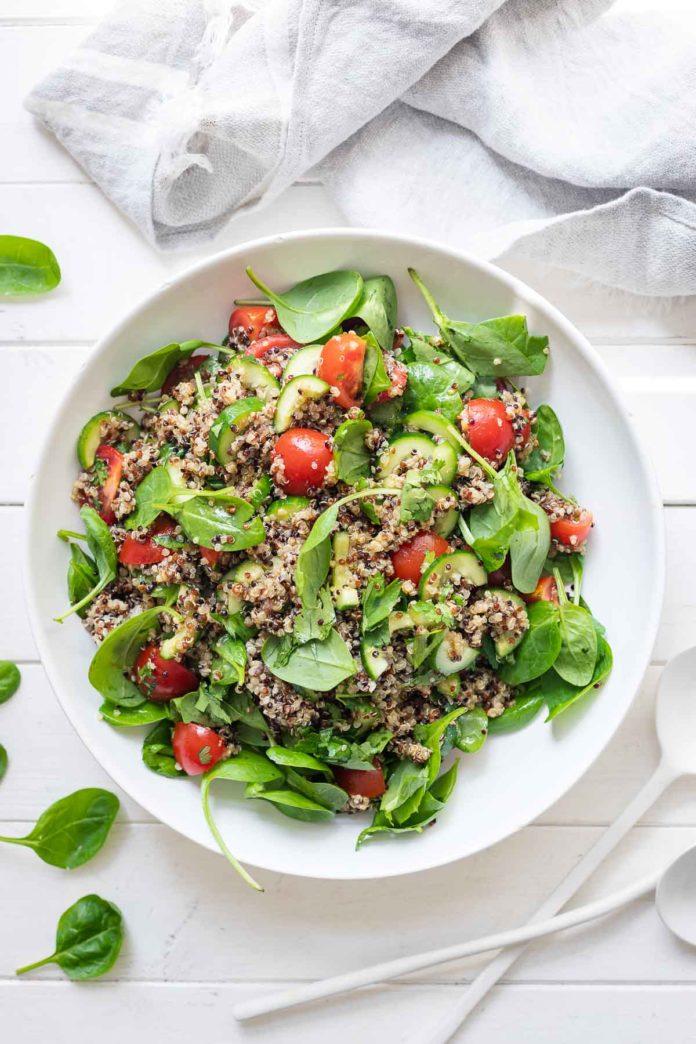 Quinoa-Salat mit Tomaten, Gurke und Spinat