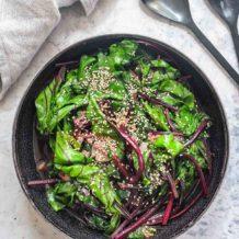 Rote Bete Blätter aus dem Wok (asiatische Art)