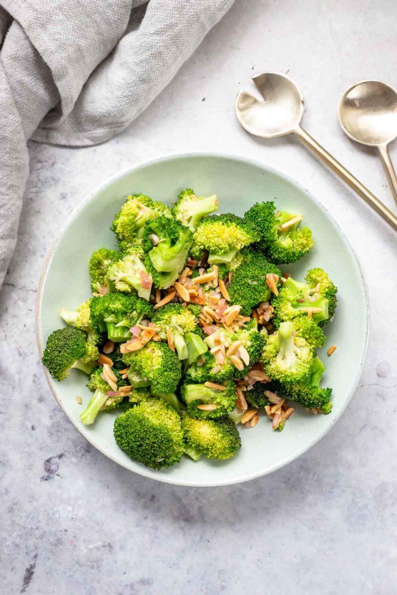 Asiatischer Brokkoli-Salat mit Miso-Paste und Mandeln, Rezept auf japanische-Art