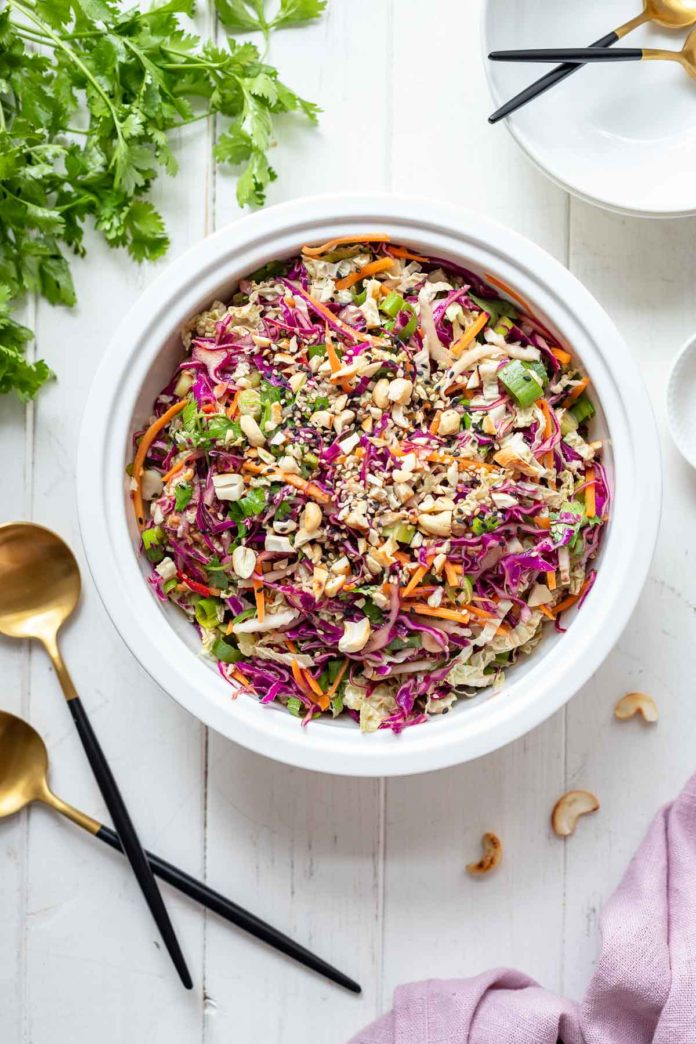 Asiatischer Krautsalat (Coleslaw) Rezept mit Rotkohl, Karotten, Frühlingszwiebeln, Cashewkerne, Sesam