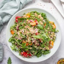Quinoa Salat mit Za'atar, Kräuter, Tomaten, Rucola und Pistazien