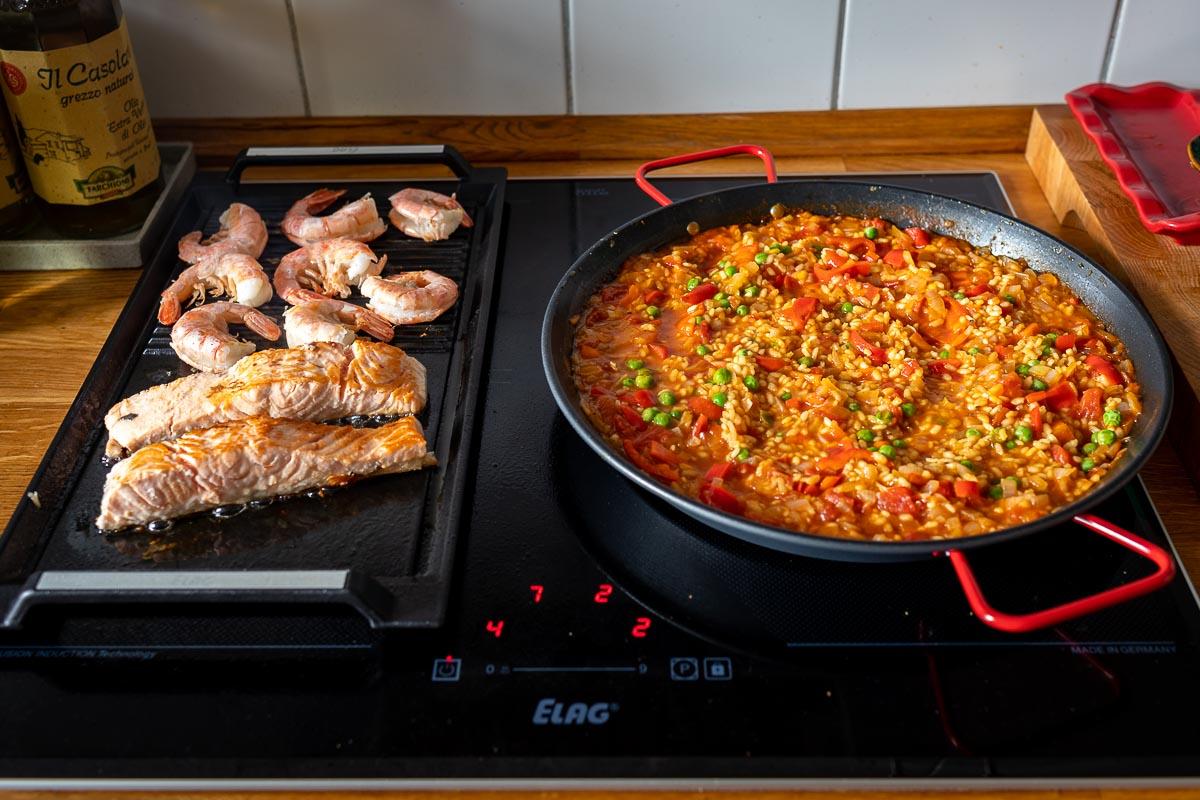 ELAG Induktionskochfeld, vorbereitung von Klassische Paella mit Lachs und Riesengarnelen