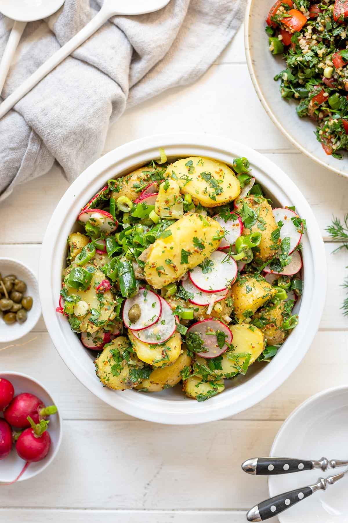Einfacher Kartoffelsalat Rezept (ohne Mayo) mit Kraüter, Lauchzwiebeln und Radieschen
