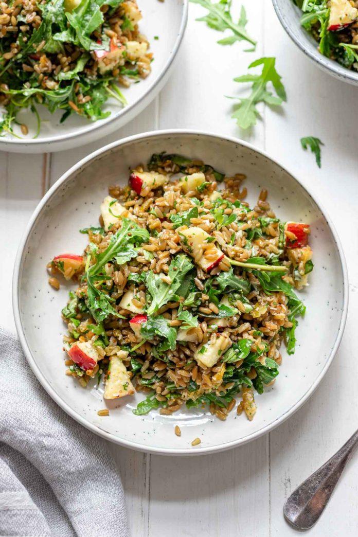 Grünkern-Salat mit Apfel, Parmesan, Rucola, Mandeln und Kräuter