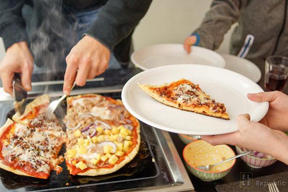 Grill-Pizza Servieren