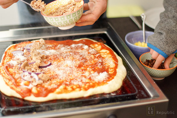 Grill-Pizza mit Thunfisch Topping belegen