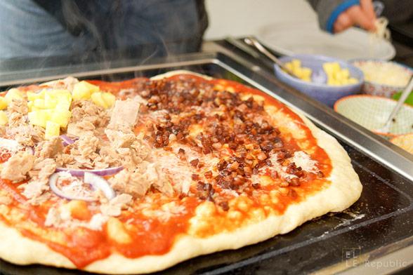 Selbstgemachte Grill-Pizza mit verschiedenen Toppings