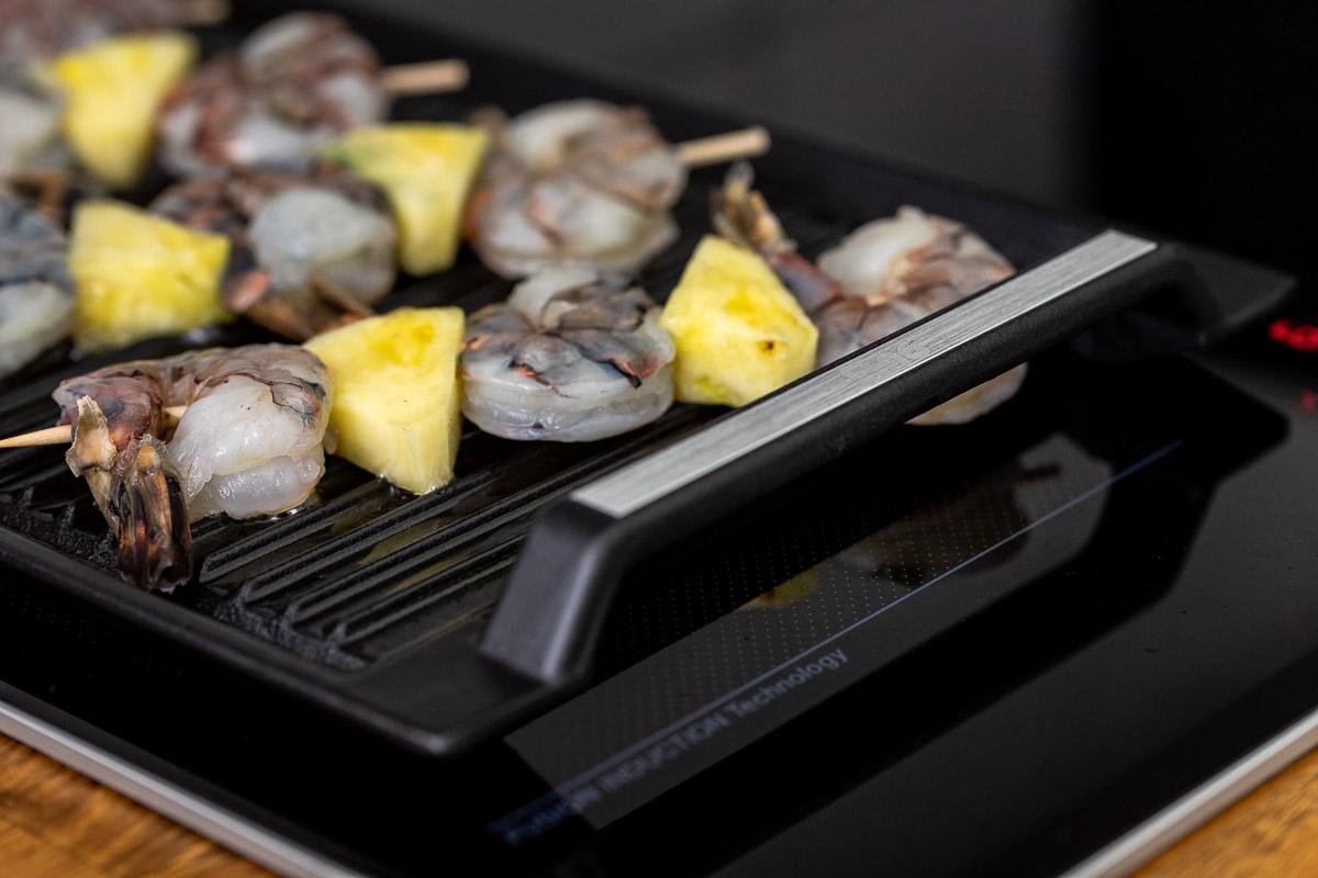 Rohe Ananas-Garnelen Spießen auf ELAG Grillplate