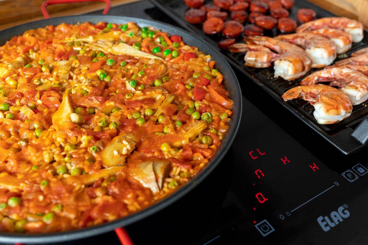 ELAG Induktionskochfeld, vorbereitung von Paella und Chorizo und Garnelen auf dem Grillplatte