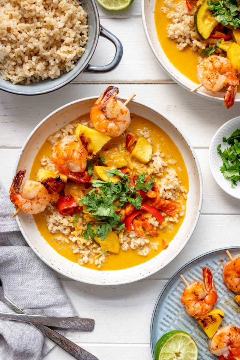 Rotes Thai Curry mit gegrillten Ananas-Garnelen Spießen