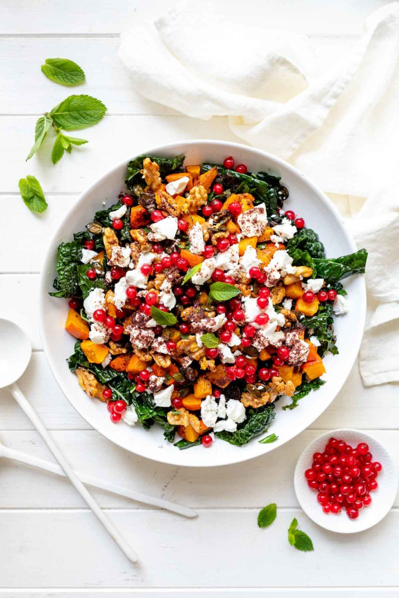 Salat mit Schwarzkohl, Kürbis, Ziegenkäse und karamellisierten Walnüssen
