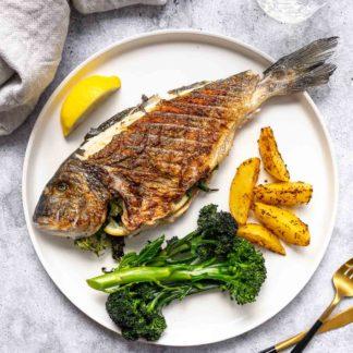 Ganzer Fisch vom Grill — Gegrillte Dorade mit Kartoffeln und Brokkoli