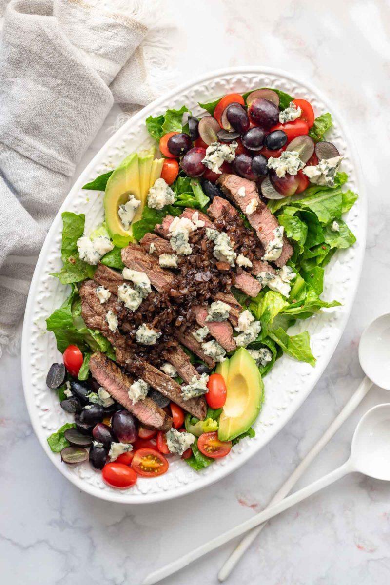 Gegrilltes Steak mit Salat und Balsamico-Glasur