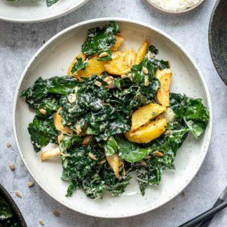 Schwarzkohl Salat Rezept mit Pastinaken, Kartoffeln und Sonnenblumenkernmus-Dressing