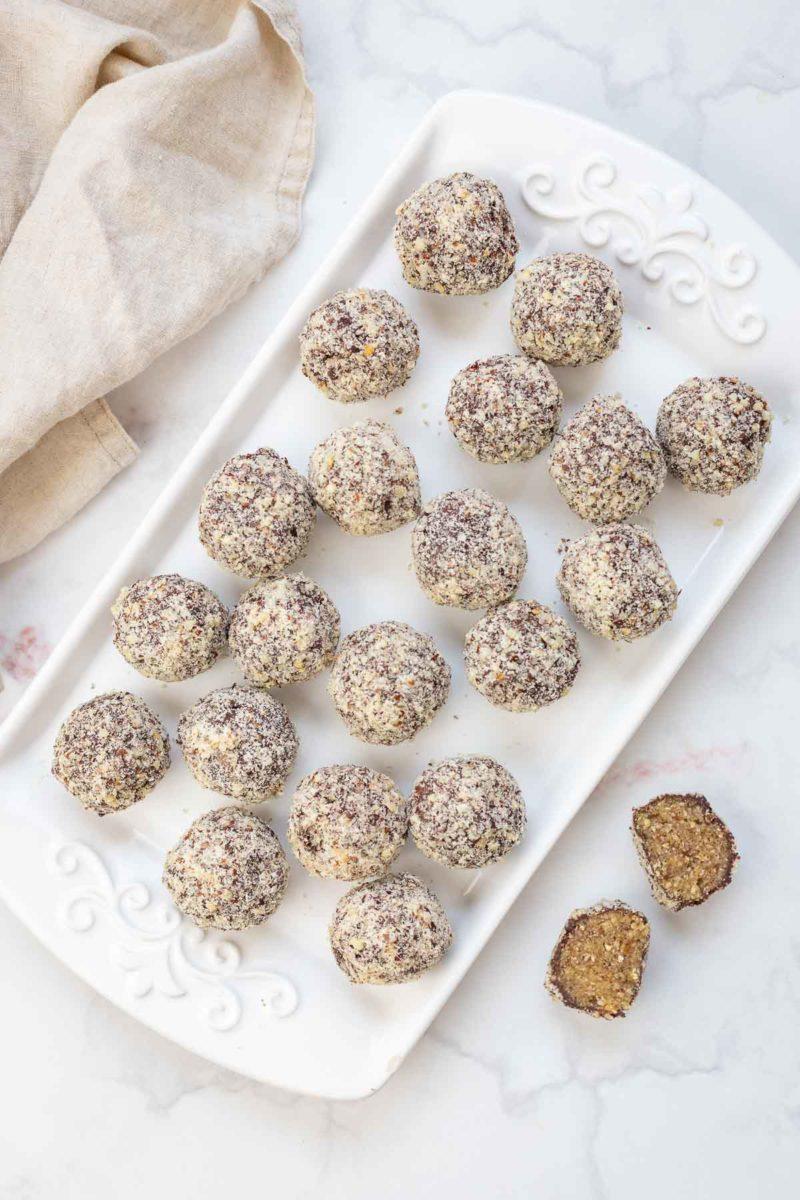 Energy Bliss Balls mit Datteln und dunkler Schokolade Rezept
