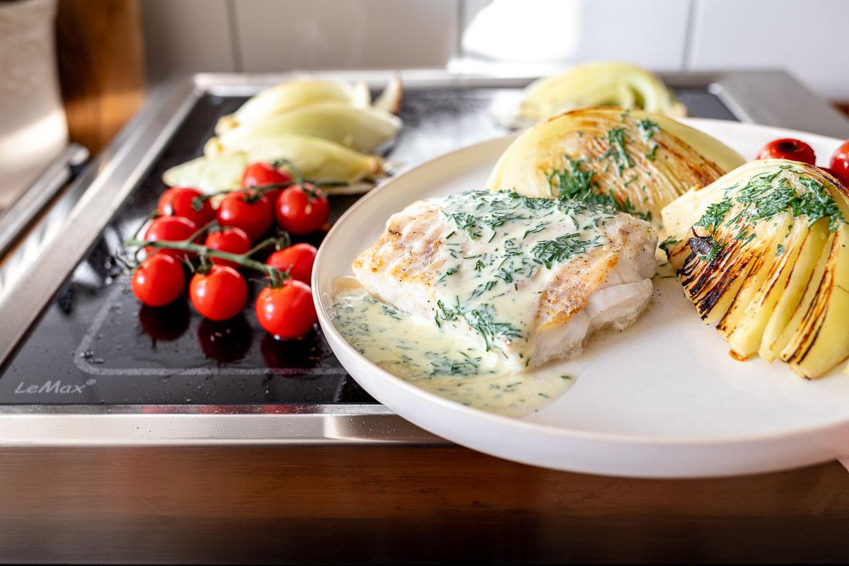Gegrillter Lengfisch & Kohl mit Buttermilch-Senf-Dill-Soße mit LeMax Grillplatte
