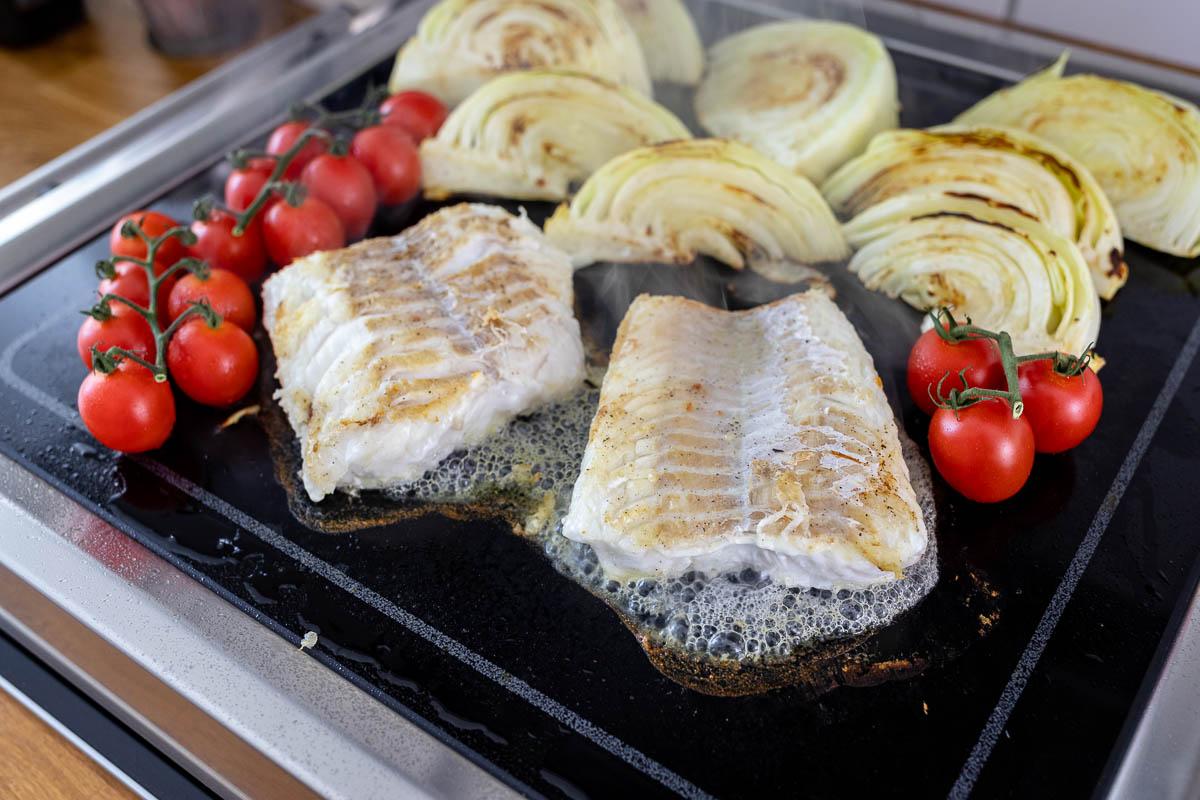 LeMax Tischgrill mit Fisch, Kohl und Tomaten