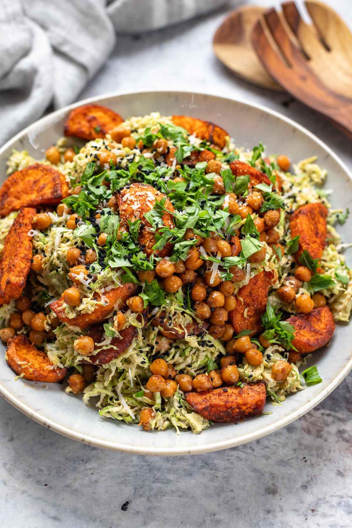 Rosenkohl Salat mit Süßkartoffeln & Kichererbsen