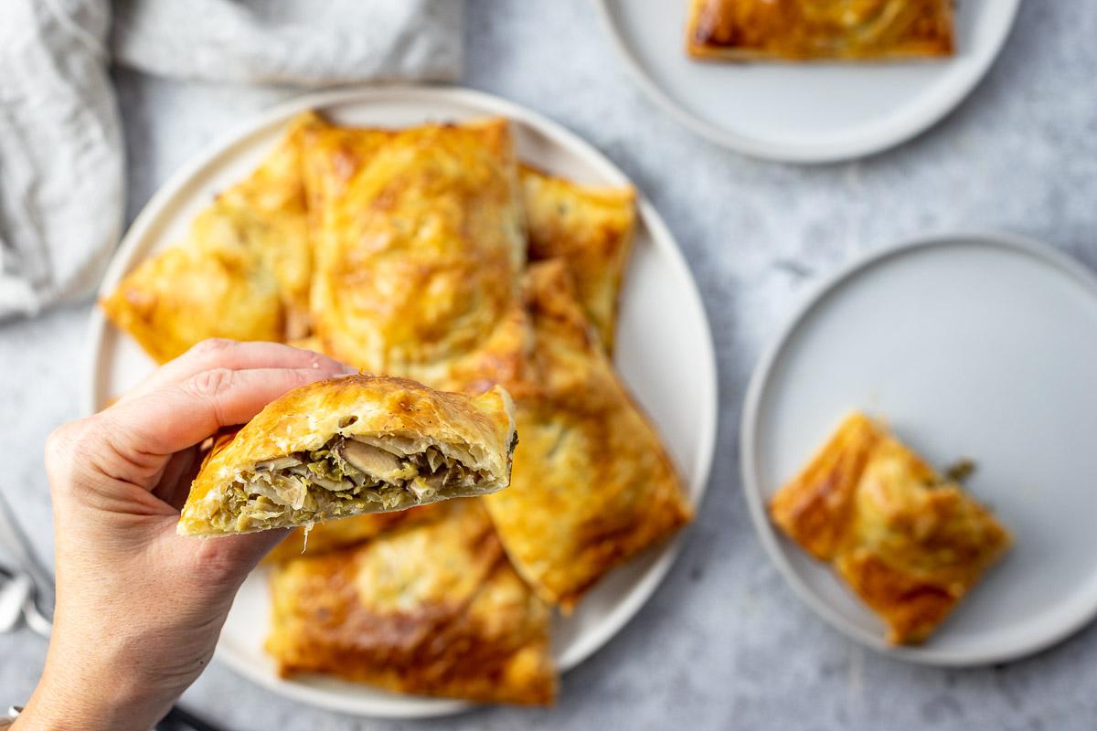 Blätterteigtaschen mit Pilzen und Wirsing (Hand-Pie) Rezept