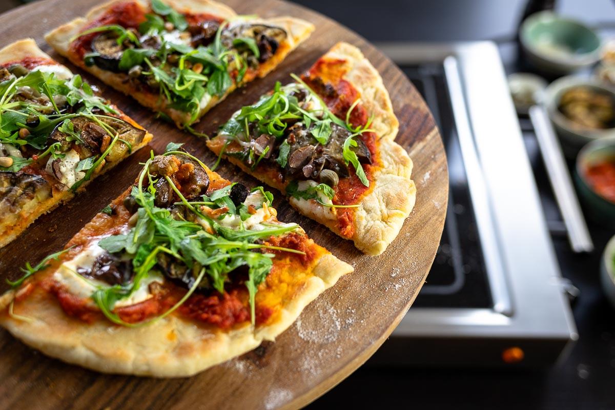 Grilled Pizza mit Aubergine, Oliven, Kapern und Rucola von ELAG LeMax Grillplatte