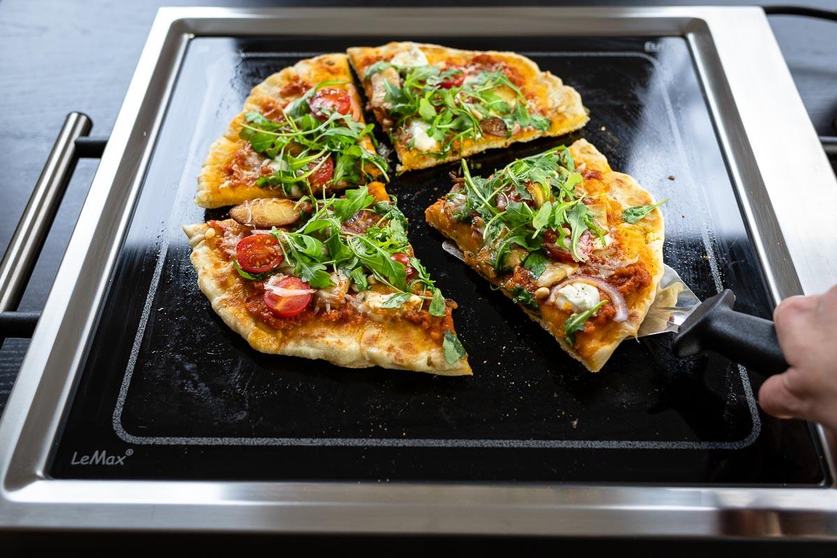 Grilled Pizza auf LeMax Tischgrill mit Pilze, Rotes Pesto, Käse, rote Zwieblen und Rucola