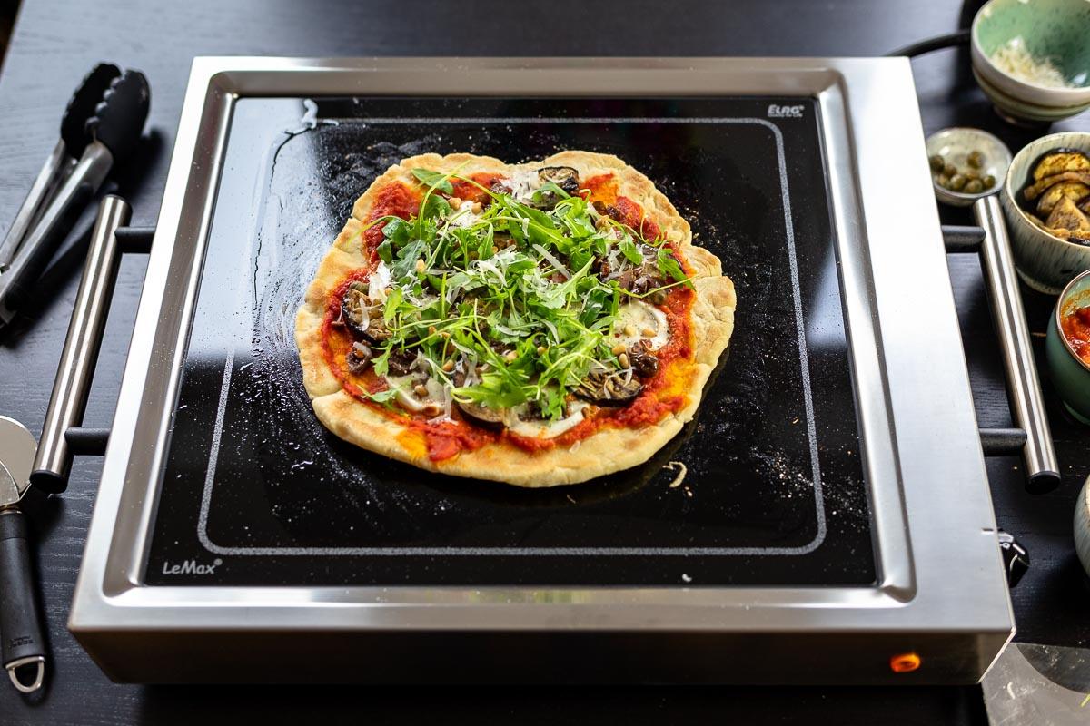 Grilled Pizza mit Aubergine, Oliven, Kapern und Rucola