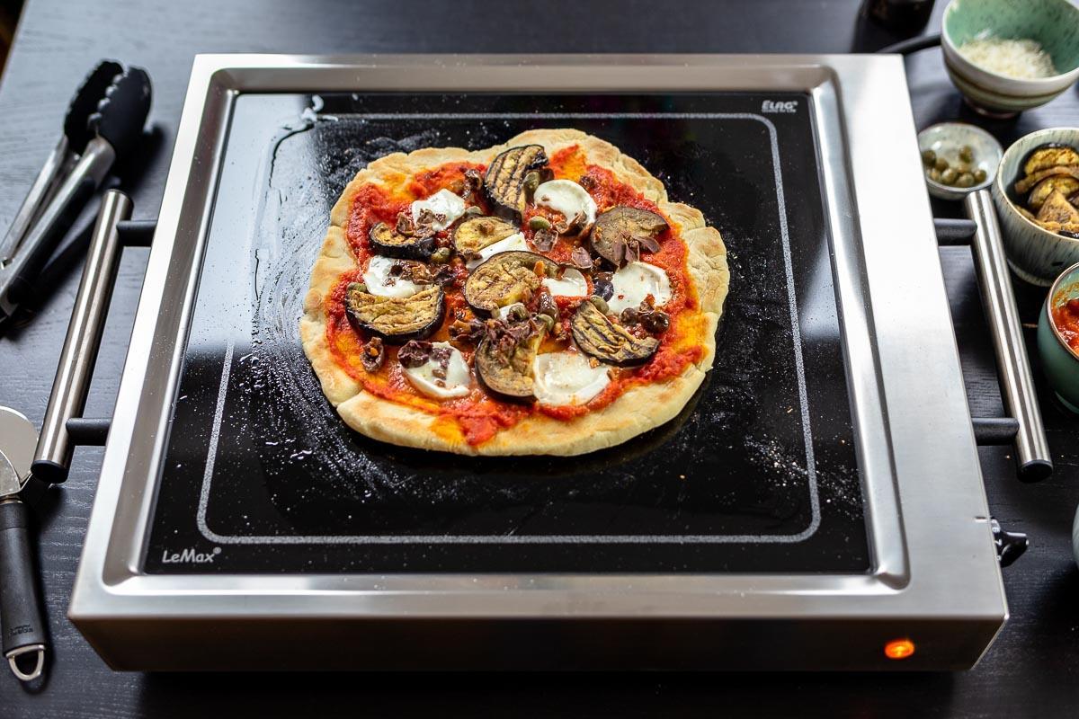 Grilled Pizza mit Aubergine, Oliven, Kapern