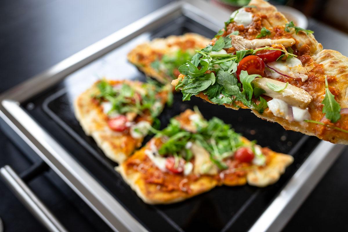 Grill Pizza auf LeMax Tischgrill mit Pilze, Rotes Pesto, Käse, rote Zwieblen und Rucola