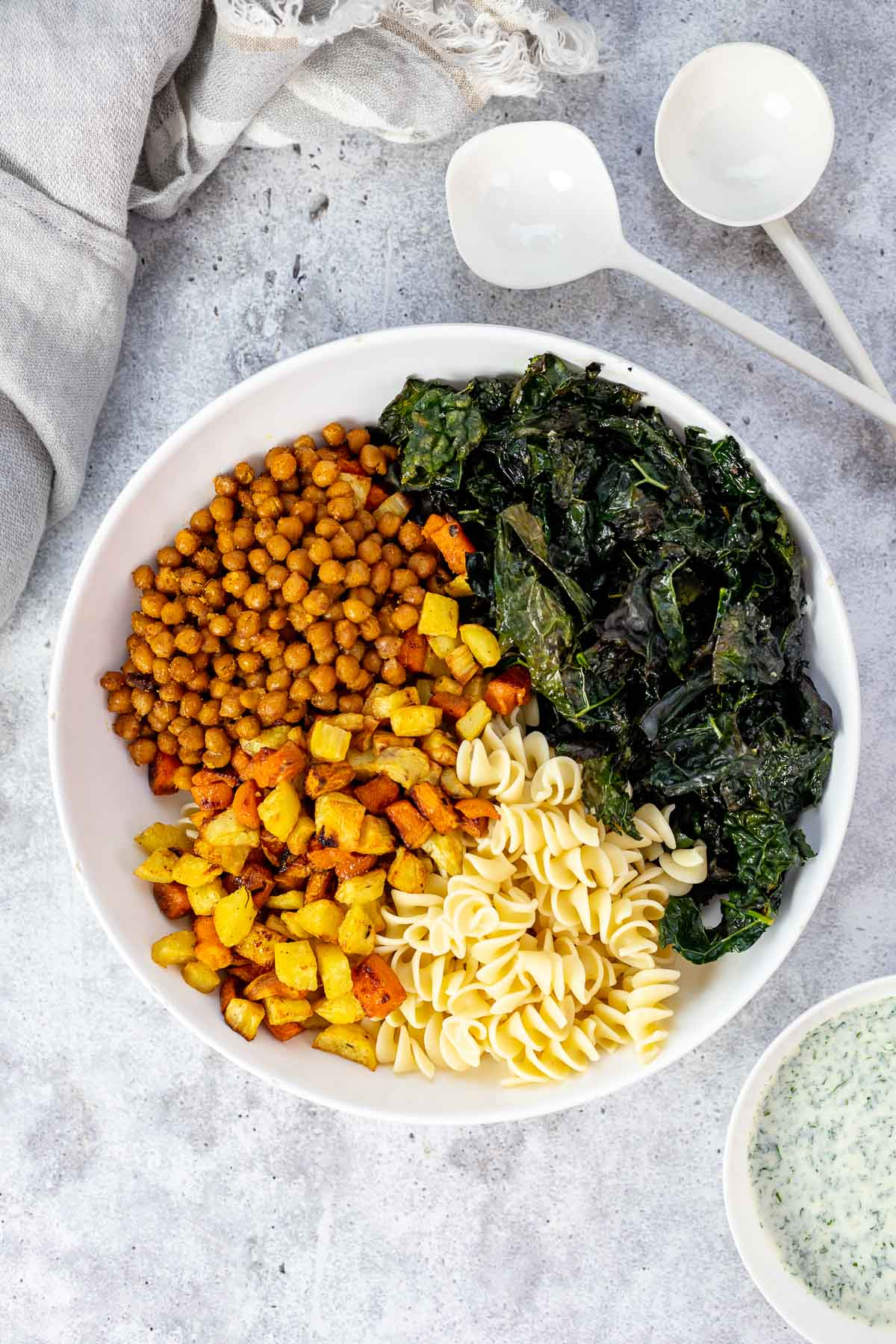 Winter Nudelsalat mit geröstetem Gemüse und Buttermilch-Dressing