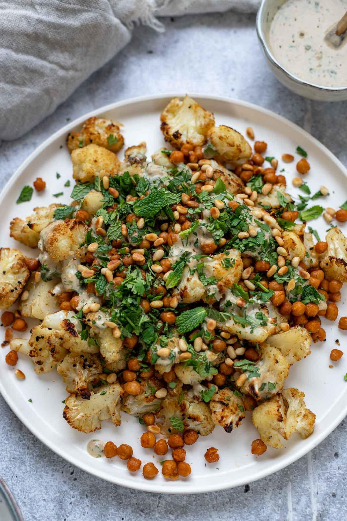 Gerösteter Blumenkohl und Kichererbsen mit Tahini Dressing Rezept