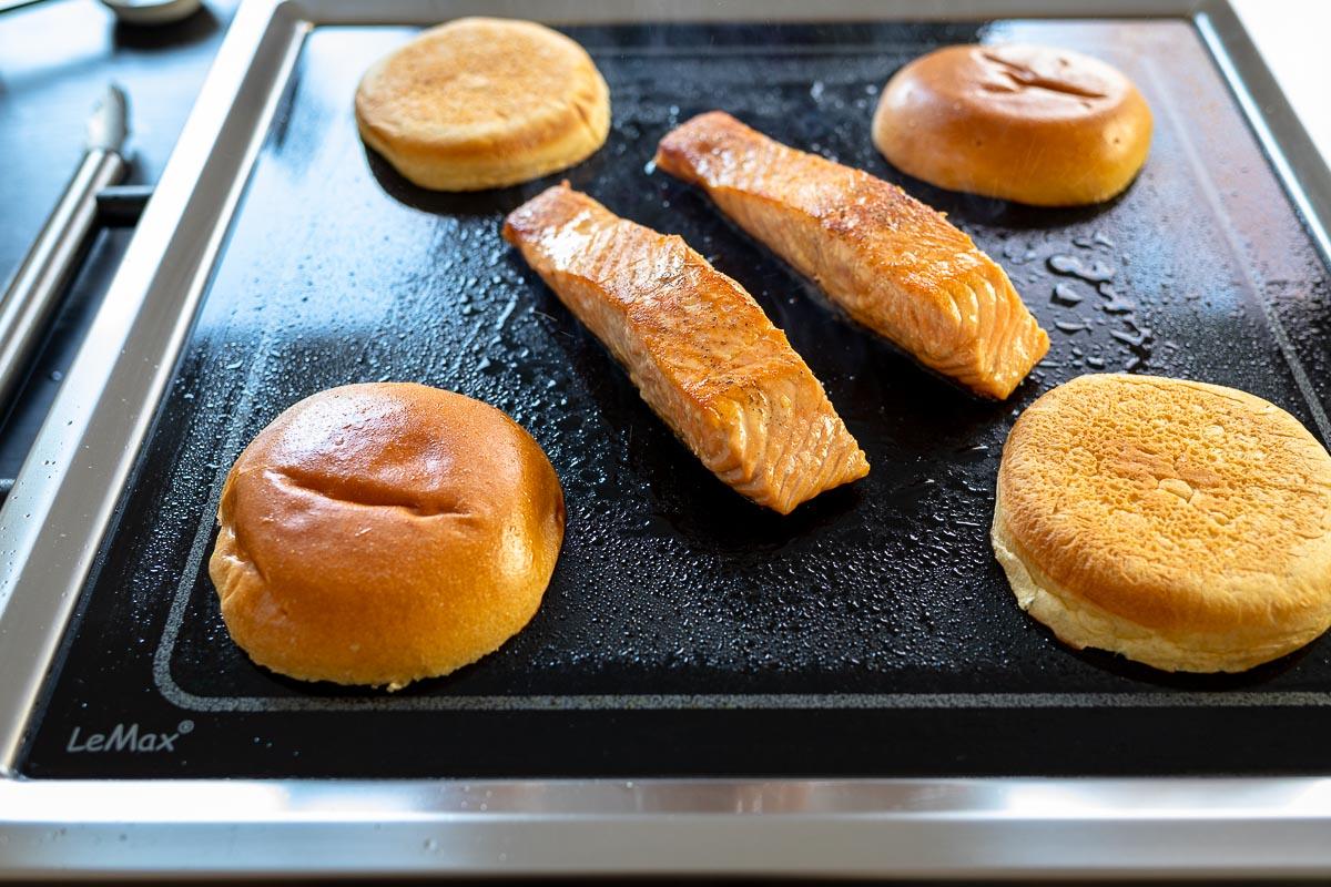 Gegrillte Lachs und Burger auf LeMax Grill